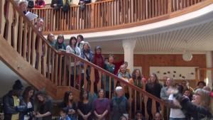 beim Fest für Geflüchtete im Foyer der Waldorfschule